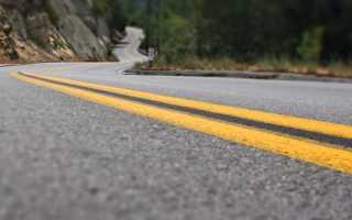 Желтая разметка нанесенная на дороге